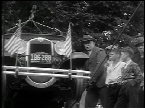 vídeos y material grabado en eventos de stock de b/w 1932 low angle senior man + boys watch car on suspended cables start to drive over river / barlow, or - invento
