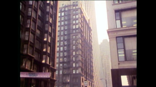 vidéos et rushes de low angle sequence of chicago skyscrapers; 1989 - chicago