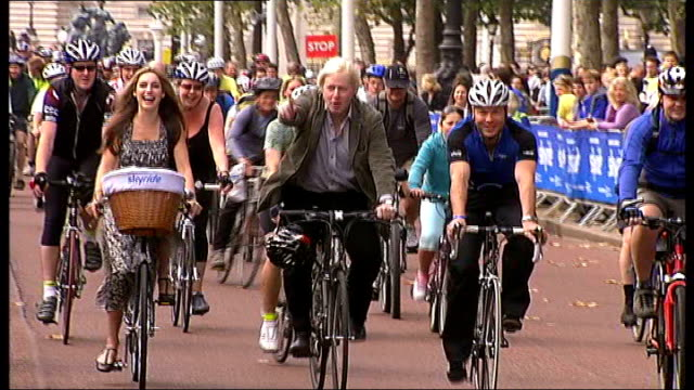 low angle shot cyclists along past st pauls cathedral cyclists along towards boris johnson cycling next to kelly brook boris johnson interview sot - kelly brook stock-videos und b-roll-filmmaterial