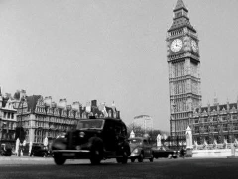 vidéos et rushes de low angle shot of big ben taken from parliament square with traffic moving past in the foreground 1964 - parlement britannique
