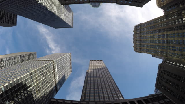 low angle shot of high rise architecture in new york city. apartment towers in the larges city of the usa. - 真下からの眺め点の映像素材/bロール
