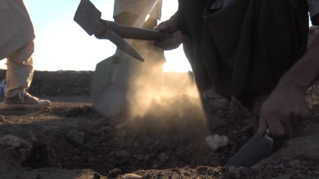 vidéos et rushes de low angle shot of men digging in the dirt at the gokeli tepe archaeology site, turkey. - civilisation ancienne