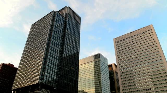 低角度で撮影した、モダンなオフィス buildings.tokyo 、日本。 - office block exterior点の映像素材/bロール