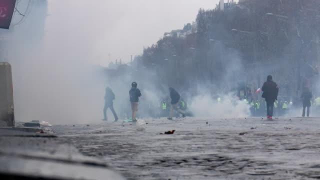 vídeos de stock, filmes e b-roll de low angle shot of rioters in paris - baixo posição