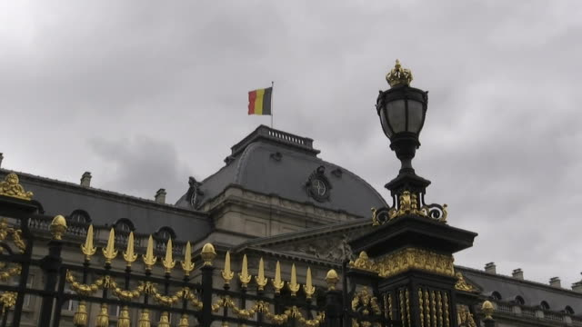 low angle shot of the belgian flag flying on top of the royal palace of brussels in brussels belgium - music or celebrities or fashion or film industry or film premiere or youth culture or novelty item or vacations bildbanksvideor och videomaterial från bakom kulisserna