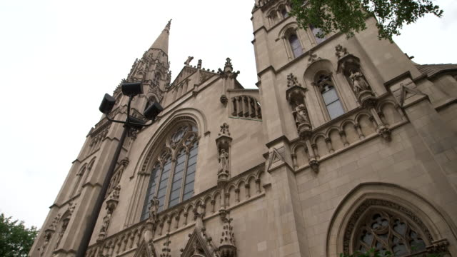 vídeos y material grabado en eventos de stock de low angle shot of the exterior of saint paul cathedral in pittsburgh, pennsylvania on august 15, 2018. - religion or spirituality