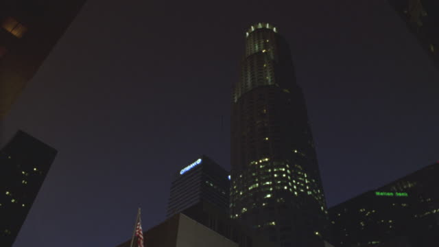 stockvideo's en b-roll-footage met low angle shot of the us bank tower in los angeles. - us bank tower