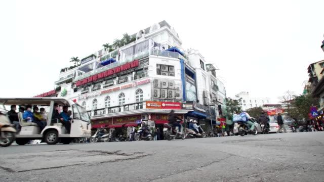 vídeos de stock e filmes b-roll de low angle shot of traffic crossing busy crossroads in hanoi, vietnam - vista geral