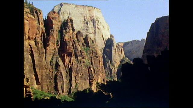 low angle shot of utah canyon from the bottom - ユタ州点の映像素材/bロール