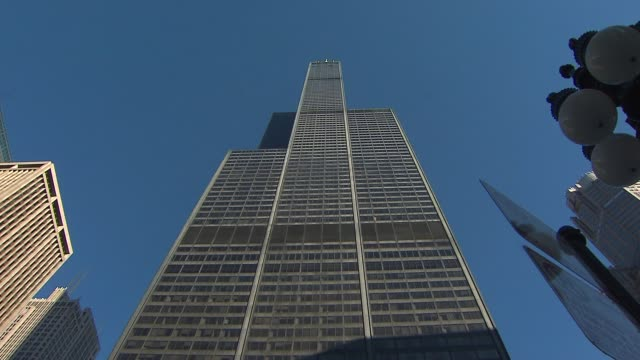 vidéos et rushes de low angle shot of willis tower at willis tower on november 12, 2013 in chicago, illinois - tour sears