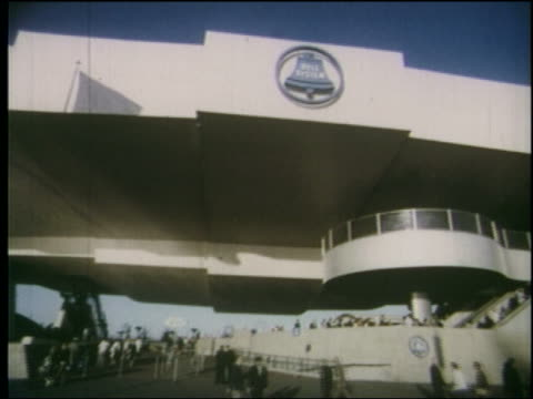 vidéos et rushes de 1964 low angle side point of view past bell system building at ny world's fair - exposition universelle de new york