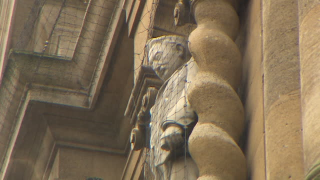 low angle side shot of a statue of cecil rhodes above the main entry to oriel college, oxford - ガーゼ点の映像素材/bロール
