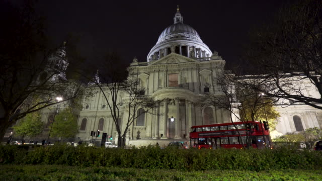 vídeos de stock e filmes b-roll de low angle side tracking shot along the exterior of london's st paul's cathedral. - iluminado por holofote