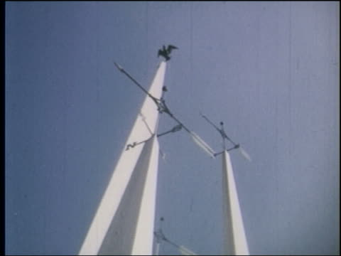 1964 low angle slight point of view around weathervanes on top of tall columns at ny world's fair - 1964年点の映像素材/bロール