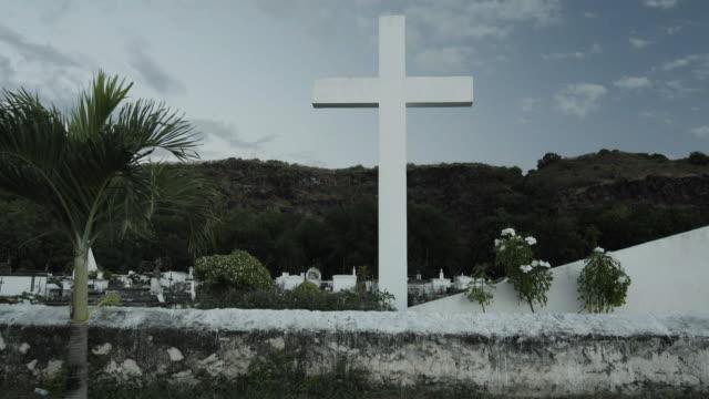 low angle slow motion, cross in saint paul marine cemetery - saint paul stock-videos und b-roll-filmmaterial