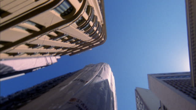 low angle spinning point of view buildings in rio / rio de janeiro - londonalight点の映像素材/bロール