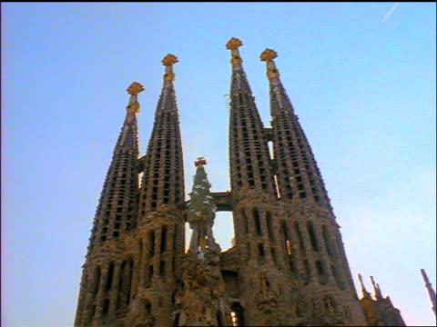 low angle spires of sagrada familia cathedral (gaudi) / barcelona, spain - guglia video stock e b–roll