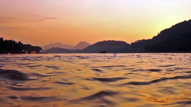 Lage hoek zonsondergang op de Mekong rivier met tour boot, Luang Prabang, Laos