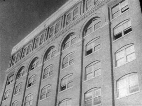 b/w 1963 low angle texas school book depository from where lee harvey oswald shot jfk / dallas - attentat auf john f. kennedy stock-videos und b-roll-filmmaterial