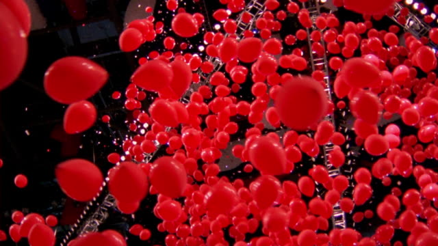 stockvideo's en b-roll-footage met low angle tilt down falling red balloons at democratic national convention / los angeles, ca - presidentsverkiezing