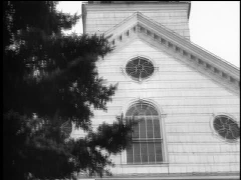 stockvideo's en b-roll-footage met b/w 1943/44 low angle tilt up from bottom to top of steeple of church / springfield, nj / newsreel - klokkentoren met wijzerplaat