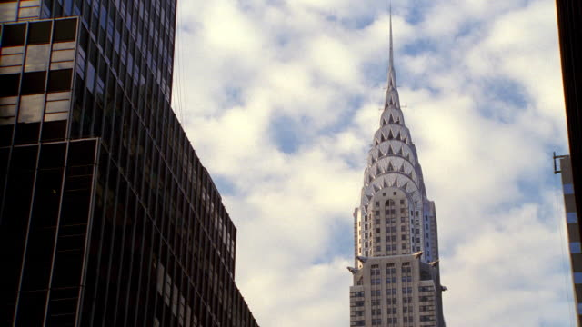 low angle time lapse clouds in blue sky over chrysler building / nyc - cinematography stock videos & royalty-free footage