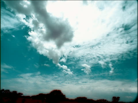 vídeos de stock e filmes b-roll de overexposed low angle time lapse clouds in blue sky over landscape / namibia, africa - super exposto