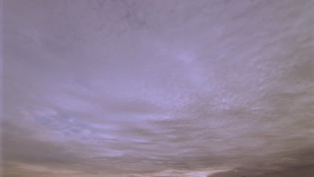 vídeos de stock, filmes e b-roll de semi-fisheye low angle time lapse clouds in sky at sunset - só céu
