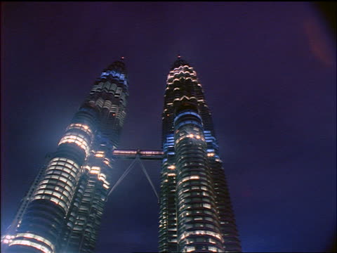 vidéos et rushes de low angle time lapse clouds over petronas tower at night / kuala lumpur, malaysia - culture malaisienne