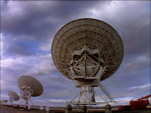 low angle time lapse clouds over satellite dishes/radio telescopes / day to dusk / vla in new mexico - cinematography stock videos & royalty-free footage