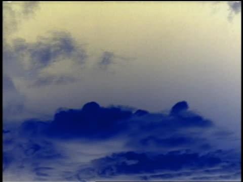 stockvideo's en b-roll-footage met low angle time lapse dark clouds forming in blue sky - cross processen
