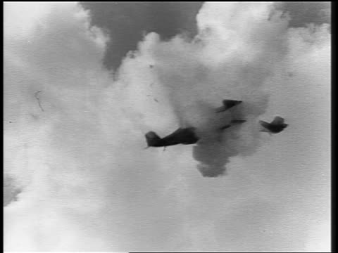 b/w low angle two biplanes (miniatures) flying + crashing in air / other airplanes pass in background - aufnahme von unten stock-videos und b-roll-filmmaterial