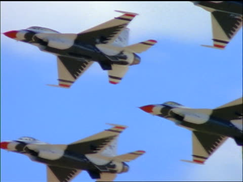 stockvideo's en b-roll-footage met low angle pan us air force thunderbird f16 fighting falcon fighter jets flying in formation over camera - kleine groep dingen