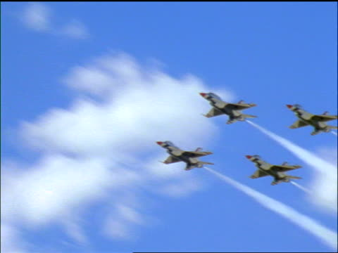 stockvideo's en b-roll-footage met low angle pan us air force thunderbirds f16 fighting falcon fighter jets flying in formation over camera - kleine groep dingen