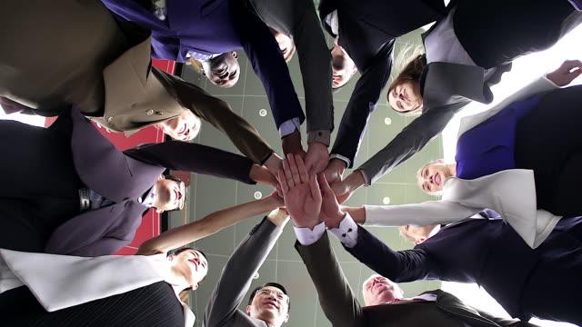 niedrigen winkel ansicht, teamarbeit unternehmensgruppen des multi-ethnischen menschen gestapelt huddle zusammen, einheit konzept. - ethnische zugehörigkeit stock-videos und b-roll-filmmaterial