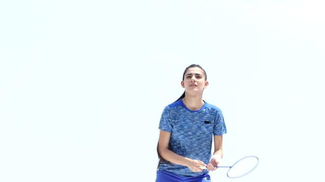 vídeos de stock, filmes e b-roll de low angle view of a badminton player, delhi, india - badmínton esporte