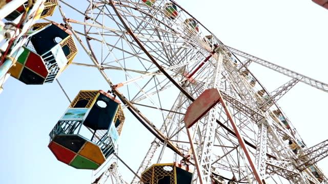 low angle view of a ferris wheel rotating at suraj kund fair, haryana, india - haryana stock-videos und b-roll-filmmaterial