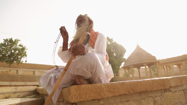 stockvideo's en b-roll-footage met low angle view of a sage worshipping, jaisalmer, rajasthan, india - indian ethnicity