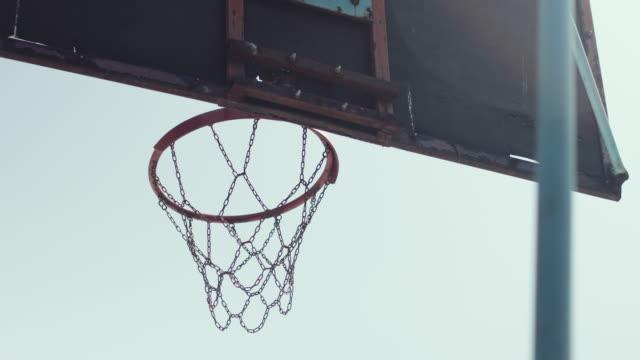 vidéos et rushes de vue à angle bas du cerceau de basket-ball à l'extérieur. vidéo stock - terrain de jeu