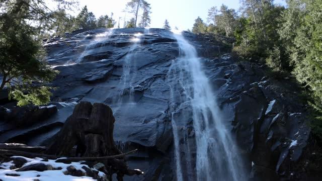 ワシントン州のブライダルベール滝のローアングルビュー - アメリカ太平洋岸北西部点の映像素材/bロール