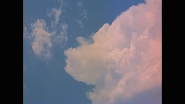 vídeos de stock e filmes b-roll de ws low angle view of cumulus cloud moving in sky / united states - cor de rosa