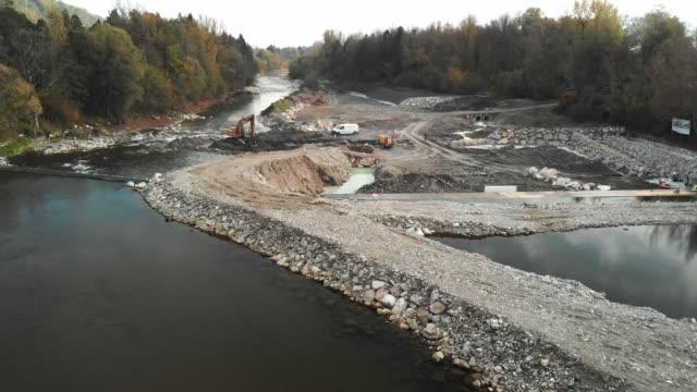 vídeos de stock e filmes b-roll de low angle view of dem construction site - barragem estrutura feita pelo homem