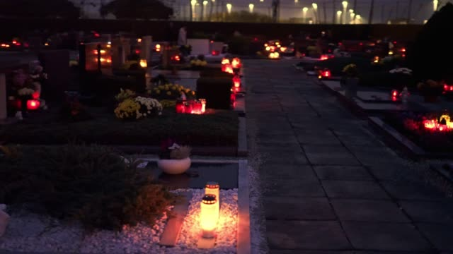 niedrigen winkel ansicht des friedhofs in der dämmerung - voller lichter leuchten - friedhof stock-videos und b-roll-filmmaterial