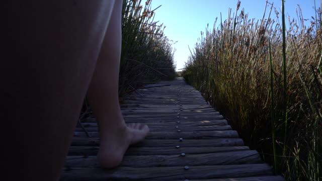 Vista de ángulo bajo de pies de humanos camino a pie de naturaleza