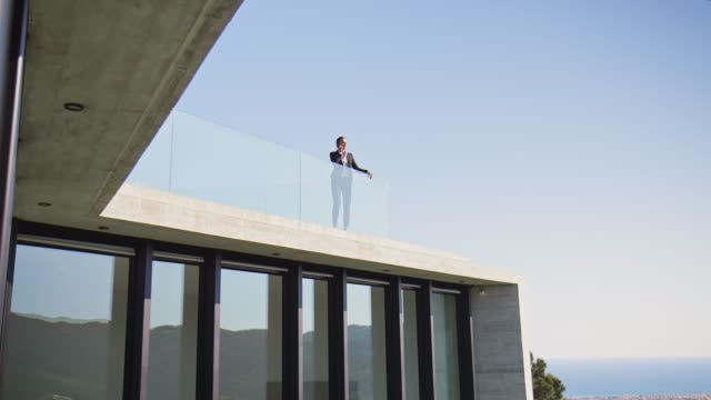 stockvideo's en b-roll-footage met lage hoekmening van professional in balkon thuis - balkon