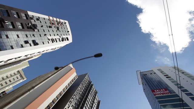 vídeos de stock e filmes b-roll de ws la pov low angle view of skyscrapers/ curitiba, brazil - vista de baixo para cima