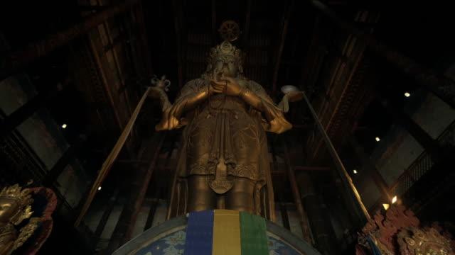 vídeos de stock e filmes b-roll de low angle view of statue megjid janraisig datsan at gandantegchinlen monastery - ulaanbaatar, mongolia - ulan bator