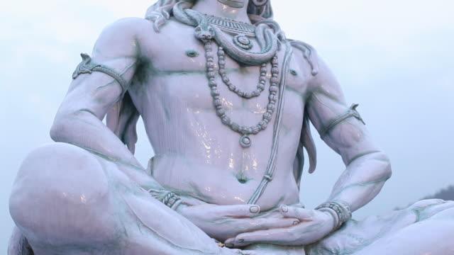 vídeos de stock, filmes e b-roll de low angle view of statue of lord shiva, rishikesh, uttarakhand, india - rishikesh