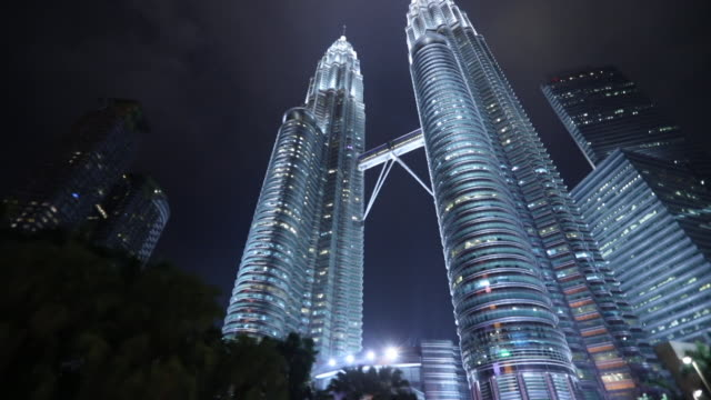 low angle view of the petronas towers - petronas twin towers stock-videos und b-roll-filmmaterial