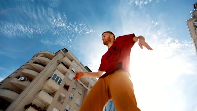 ブレイク ダンスを実行する 2 つの友人の低角度のビュー - 曲芸点の映像素材/bロール